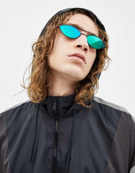 Al mero estilo Matrix, Bershka nos ofrece unas gafas de sol retro-futuristas para la primavera