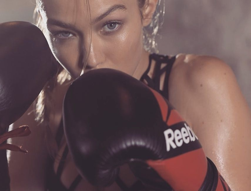 Estas it girls están obsesionadas con el boxeo, ¡y deducciones no les faltan para practicarlo!