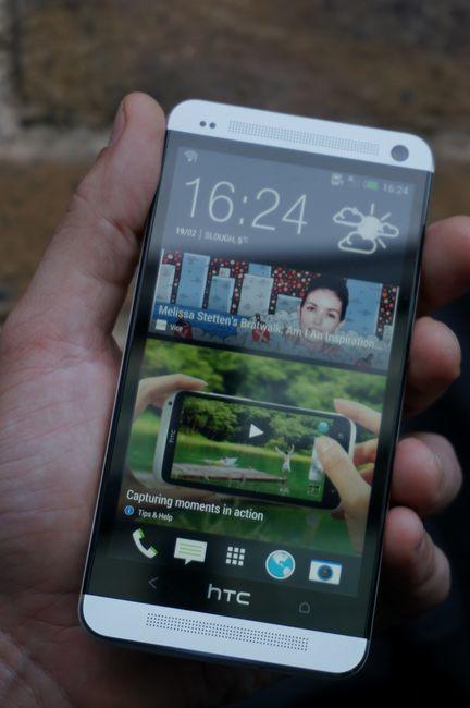 HTC One en la mano