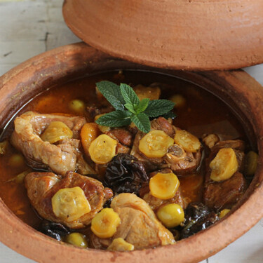 Tajine de cordero con calabacines, pasas y menta, receta con aroma marroquí