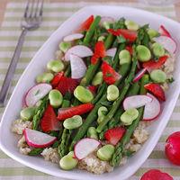 Ensalada de quinoa con espárragos y fresas: receta vegana saciante