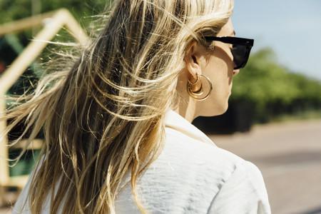 Este verano de tus orejas tan solo colgarán aros dorados (en todos los tamaños)
