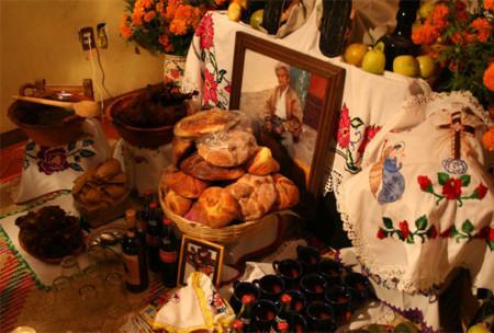 Altar de muertos. Hasta en la muerte, el mexicano añora su comida