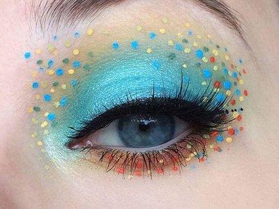 Nuestros párpados se llenan de divertidos lunares de colores con la nueva tendencia makeup