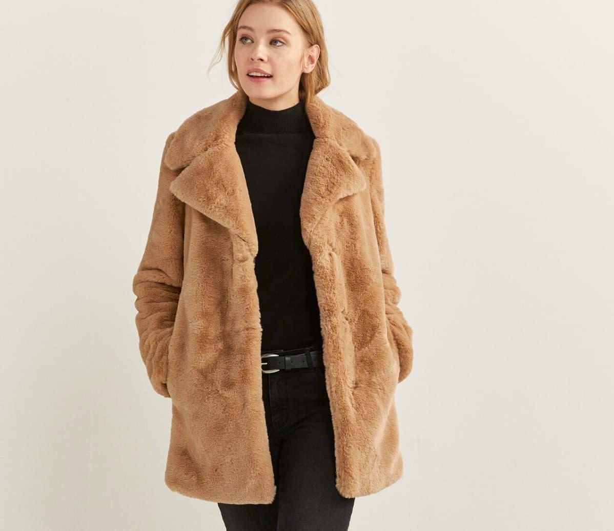 Abrigo con cuello con solapa, con bolsillos en los laterales, con cierre de botones cubiertos con tapeta.