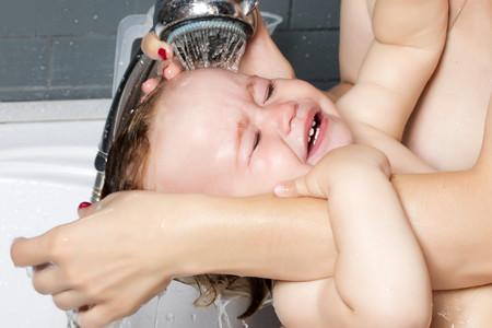 ¿Por qué a mi bebé no le gusta el baño?