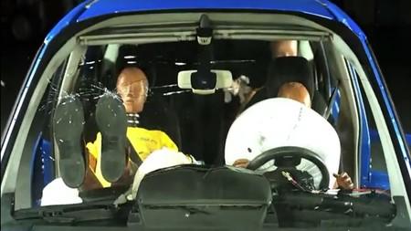 El RACE y Goodyear estrellan un coche en este vídeo que demuestra lo peligroso de viajar con los pies en el salpicadero