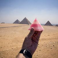 """'Souvenirs', de Michael Hughes, el fotógrafo que crea """"ilusiones ópticas"""" con recuerdos de los sitios turísticos que visita"""
