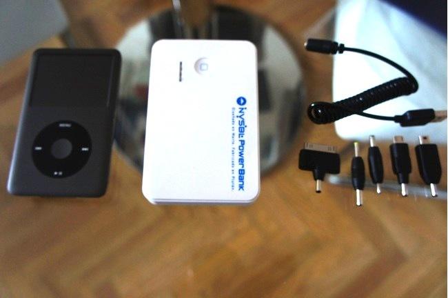 La batería al lado de un iPod Classic, para que os hagáis a la idea del tamaño
