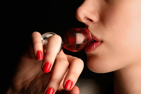 Los catadores de cristal en forma de anillo diseñados por Merve Kahraman para Remy Martin