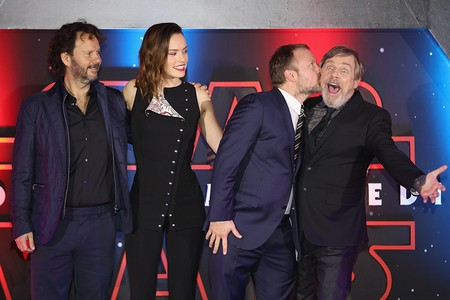 Rian Johnson besa a Mark Hamill en la premiere