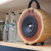 Estos rústicos altavoces están hechos con árboles talados reciclados