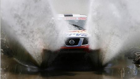 Dakar2009-Nissan-vadeando.jpg