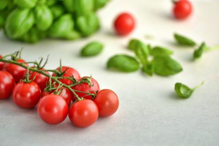 Tomate cherry, la mejor opción para comer un tomate sabroso en invierno (y siete recetas para sacarle todo el partido)