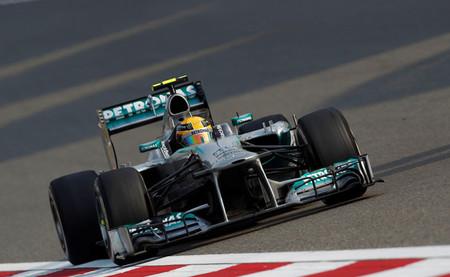 Lewis Hamilton obtiene la primera pole position con Mercedes en una sesión polémica