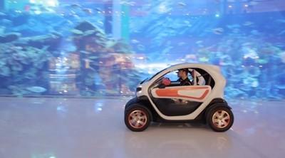 Romain Grosjean y Pastor Maldonado se dan una vuelta en un Renault Twizy por un centro comercial de Dubái