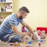 Permiso de paternidad de cinco semanas y ayudas de mil euros para la guardería, un paso más cerca