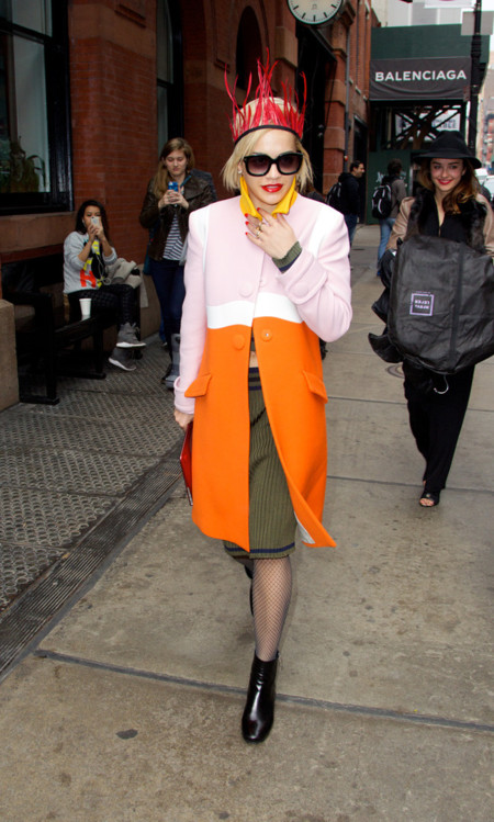 Rita Ora prada look calle