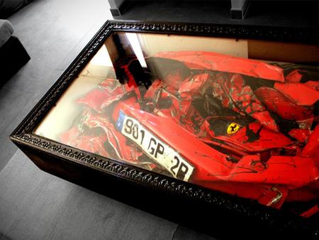 Una mesa con un Ferrari en su interior