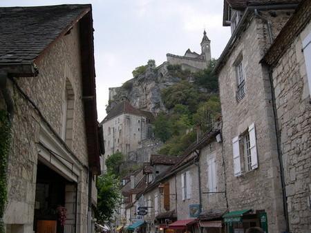 Sobre el río, sobre las casas, sobre la iglesia, sobre la roca