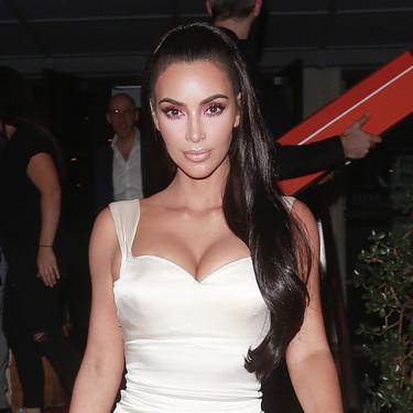 """Kim Kardashian y su vestido de novia sexy deslumbran en los premios """"Gift of Life Gala"""""""