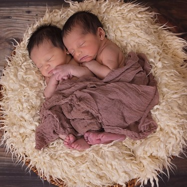 La pareja de mellizos que nació en día, mes y año diferentes debido a que su parto se adelantó