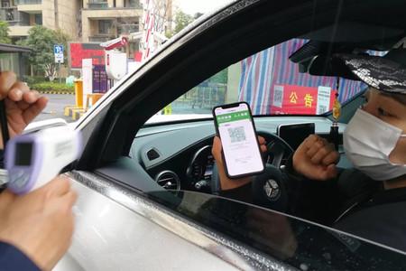 China crea una app para combatir el coronavirus y avisan de que comparte información con la policía