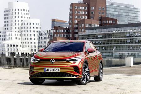 El Volkswagen ID.5 GTX se ha dejado ver con un poco menos de camuflaje antes de estrenarse en septiembre