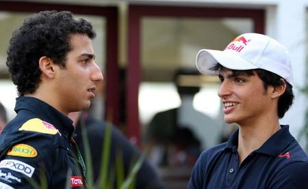 Daniel Ricciardo cree que un debut en un equipo pequeño beneficiaría a Carlos Sainz Jr