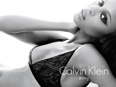 Zoe Saldaña ahora modelo de lencería sexy para Calvin Klein