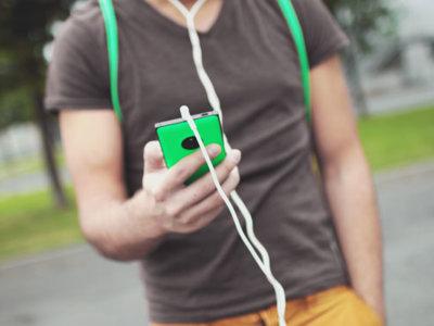 """La """"evolución"""" era esto: caminar mirando al móvil es una nueva pauta según un estudio"""