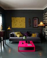 Un sobrio apartamento con toques en neón
