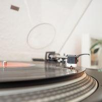 Porque la nostalgia y lo retro generan ventas: Sony volverá a fabricar discos de vinilo