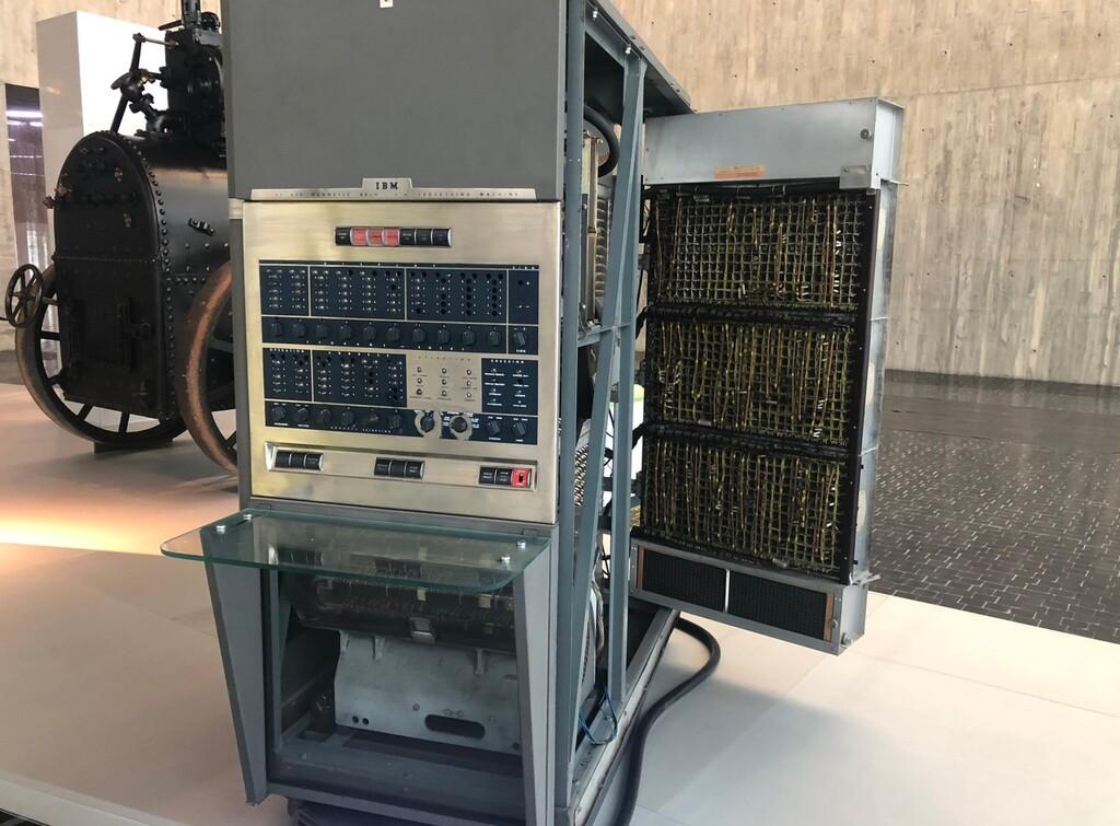 Este es el 1º ordenador que llegó a España: un IBM 650 con una remembranza de 1 kB y que costó 1,9 millones de euros actuales