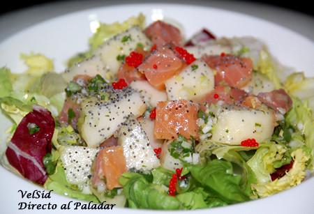 Ensalada de salmón y pera con vinagreta de cebolla tierna y cilantro
