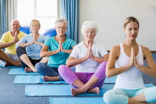 Siete posturas de Yoga para trabajar la movilidad en adultos mayores