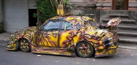 Kilos y kilos de masilla para decorar tu coche con las llamas del Averno