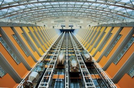 El impresionante atrium de las Emirates Towers, Dubai