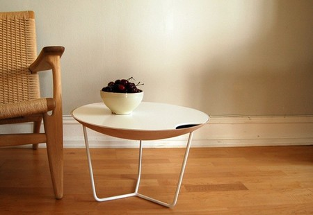 James, una mesa con bandeja y espacio de almacenaje