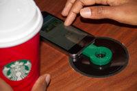 Starbucks empieza a llenarse de mesas con cargadores inalámbricos, ¿empieza la revolución?