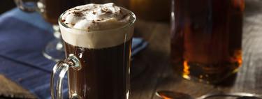 Café irlandés: la historia detrás del legendario cóctel de whisky y café (y cómo prepararlo)