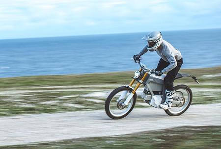 Esta moto eléctrica sueca de 10 CV y más de 13.000 euros es la demostración de que a veces menos es más