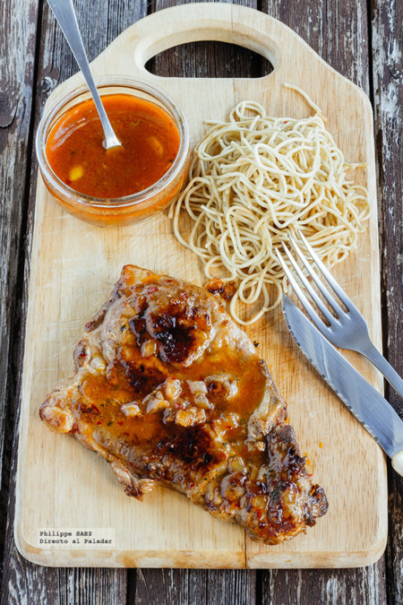 Chuleta de cerdo marinada en salsa picante. Receta