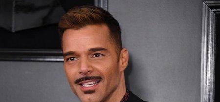 Ricky Martin presume bigote y el estilo de su hijo en la alfombra roja de los premios GRAMMY