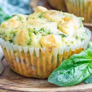 Muffins caseros de queso, nueces y espinacas. Receta sencilla de entremés