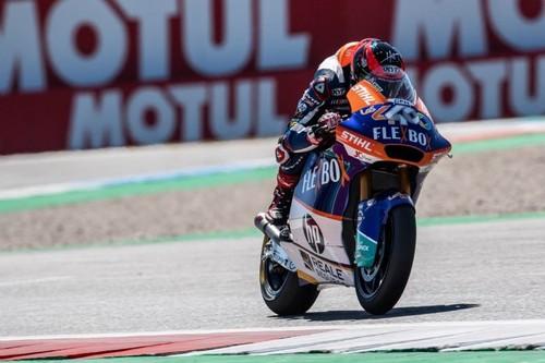 Augusto Fernández gana su primera carrera de Moto2 gracias a un accidente de Álex Márquez en la última vuelta