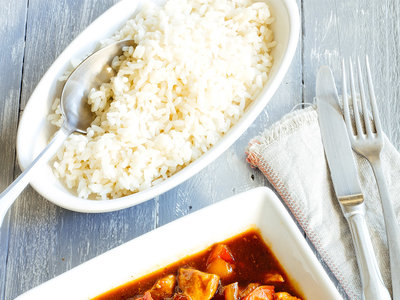 Pollo salteado con verduras en salsa BBQ. Receta fácil y rápida