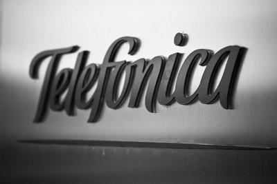 Telefónica lucha contra la fuga de clientes y la losa de la deuda