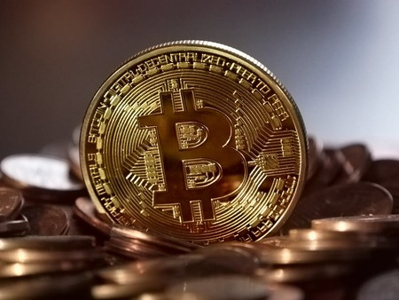 Moneda con el logo de Bitcoin