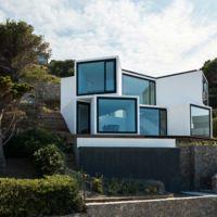 Casa Girasol. Cubos colgados sobre un acantilado de Girona